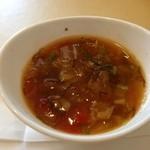 プリモピアット - モズクの入った、トマトと白菜のスープ