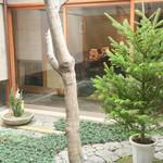 美々卯 - 静かな中庭