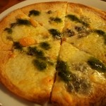 ザ セカンド バイン - 3種のチーズとバジルのピッツァ ハチミツ風味 アップ