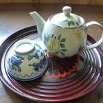 そば処 武蔵屋 - お茶と湯のみ。飲み放題!