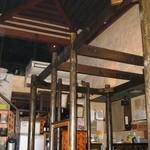 18797405 - 中2階の席があって天井が高いです。