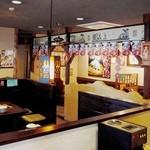 火焔山餃子房 - ファミレス的な店内