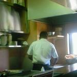 18803045 - カウンターから調理の様子。奥でナンを作っています