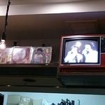 18807979 - 手回し式のテレビと昔のレコード