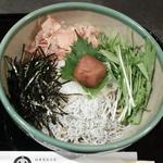 更科堀井 - 5月限定のおすすめメニュー『梅おろし』大根おろし、しらす、刻み海苔、花かつお、水菜、大葉、そして梅干しをまるごと一つ。