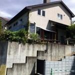 もりのたね - 見た感じは、普通の家みたいです。階段を上がると看板がありました。