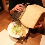 笑来 - 総重量36キロのイタリア産チーズを豪快に削ります!!