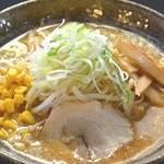 麺工房 炭や - 富良野味噌ラーメン濃厚な味噌が極太麺とたっぷり絡みほおばると麺のうまみ、スープのうまみが口いっぱいに広がります。