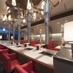 エイジング・ビーフ ワテラス - 長テーブルと奥が通常のテーブル席