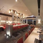 エイジング・ビーフ ワテラス - 右手前がカウンター席、中央が10名掛けテーブル、奥がテーブル席です。
