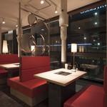 エイジング・ビーフ ワテラス - 窓際のテーブル席