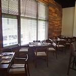 Terrace Restaurant COMFORT HOUSE - カウンターを取り囲むようにテーブル席が配置されています