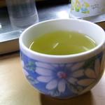 のぼる屋 - 水ではなくお茶が提供される。