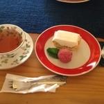 えんのお菓子屋さん - レアチーズのパイとダージリンティー           ケーキとドリンクのセットにするとシャーベットが付きます。こちらは木イチゴのシャーベット