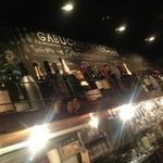 GABUCHIKIワイン倶楽部 - カウンターの頭上落書きがいい味出してます。