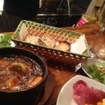 GABUCHIKIワイン倶楽部 - エビのアヒージョ。グツグツ煮えたぎってます!バケットを浸して最高です!
