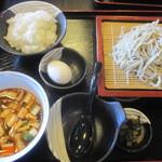 ひとやす味 - 肉そば(780)サラダ・小鉢別写真