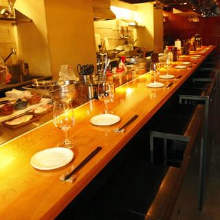 デートやご友人とのお食事におすすめのカウンター席もございます