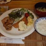 颯 - ランチです。これはチキンソテーと魚のフライ