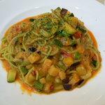 ジェノヴァ - ほうれん草の生パスタを使ってオルトラーナ(いろいろ野菜)