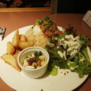 なっぱごちそう 目黒 - ランチ チャカめし(辛肉味噌・温玉)+ポテト+サラダ+豆900円