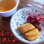 こうや - 料理写真:お茶請けに梅漬けとたくあん♪
