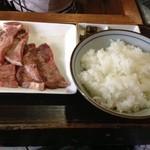 牛タンの店 赤間精肉店 - 麦飯とトロロが定番ですが、白米でした