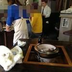 牛タンの店 赤間精肉店 - 囲炉裏型の4人席が2つ。他テーブル1つのみ。