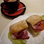 トラットリア 葡萄乃樹 - 黒豚ベーコン・トマトのサンドイッチ