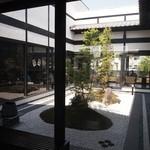 よつば珈琲 - 中庭を囲むような客席配置