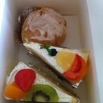18837824 - シュークリーム110円、ケーキ各300円