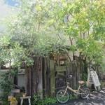 クックスカフェ&デリ - 美しい鮮やかな新緑が出迎えてくれるCOOK'S