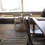 クックスカフェ&デリ - 外窓向きのカウンターもお洒落