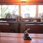 クックスカフェ&デリ - カウンター席をのぞむ小さな視線