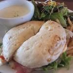 クックスカフェ&デリ - 料理写真:サクサクお肉のコロッケサンド