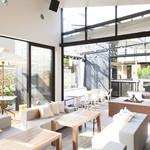 ブランチキッチン - 大きな窓から明るい光が差し込む爽やかな店内。