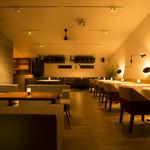 ブランチキッチン - ディナータイムは柔らかい光と音楽が色気のある空間を演出。