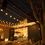 ブランチキッチン - テラス席も完備。夜風にあたりながら優雅なひとときを。