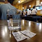 Mendokorosamba - テーブル席に座るヒトは、食券の番号を呼ばれたら取りに行きます。
