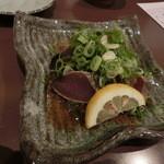 Toramarusuisan - ケンケン鰹のタタキ。周参見で獲れた初カツオ!一切れが、結構分厚くって食べ応えがあるなぁ~。脂の乗った戻りカツオとはまた違った味わい♪