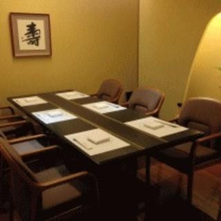 和室・洋室の完全個室を完備。落ち着いた設えの店内で大切なお席や会食にお寛ぎいただけます。
