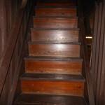 炉ばた りん - 京町家 独特の急な階段