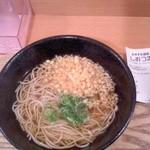 18853238 - 朝そばを食う。揚げ玉は自由に入れられる。ここの揚げ玉は乗せモノの天ぷらを揚げている時にできちゃう天かすじゃなく既成品の揚げ玉。油は切れている。旨味はないがくどくない「ようさん入れられよ同士」