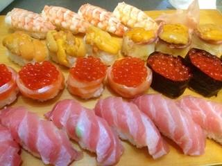 八幡鮨 - 宝石箱だぁ〜。他のお客さんが食べてました。作っている最中に思わず撮っちゃいました。