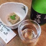 づぼら寿司 - お通しと日本酒「五橋」