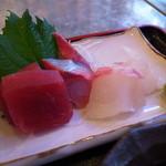 地魚酒場 魚八商店 - 刺身はマグロ、はまち、鯛の3種類♪