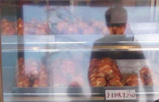 クロサワ 西原店 - 鶏焼きが有名なお店なので、ガラスケースの中は鶏まみれです。