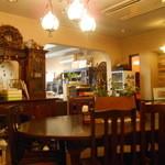 遊遊 - 中央の楕円テーブル 奥の明るい方が入口でカウンター席あり