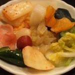 ステーキ割烹あだち - 食べ放題のお漬物を全種類(13種類)お皿に盛ってみた