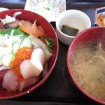 魚処丸正 - 新鮮な魚貝に、煮物の小鉢が2皿もついて・・・980円!